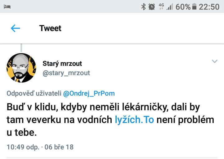Demokracie versus autolékárnička - tweet od Starý mrzout